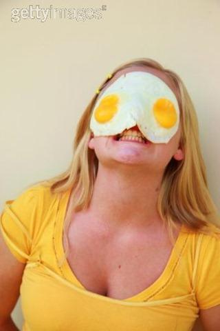 Le masque pour les cheveux avec la banane par le miel par loeuf par la bière